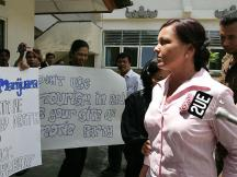 March 2005_ Schapelle Leigh Corby passing through anti-drug protester at Denpasar District Court in Bali while walking to the court room, _0018